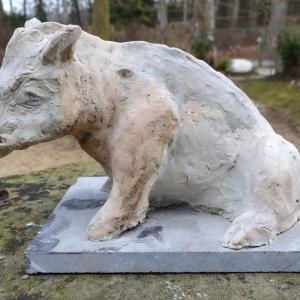 Skulptur aus Ton in Form eines Wildschweines