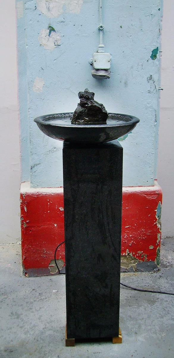 Schwarzer Zimmerbrunnen aus Basalt