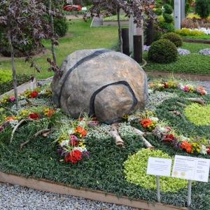 Grabstein in Form einer abgewickelten Zitronenschale in mitten bunter Bepflanzung auf Bundesgartenschau für 6850 Euro