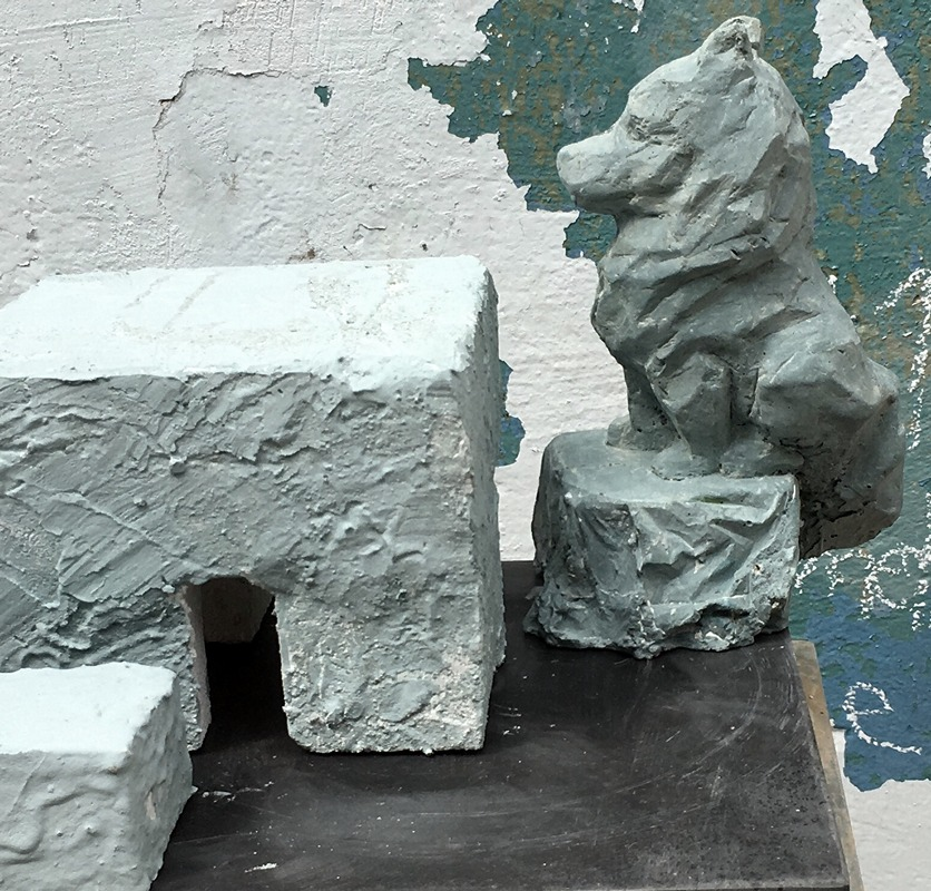 Wolf sitzt mit am Steintisch Modell für Märkische Findlinge, Skulpturen am Usedomradweg