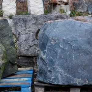 3 große blaugraue Steine, Findlinge genannt