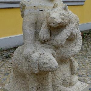 """""""Wir versuchen Sie zu unterhalten"""", Putto hält Wolf auf dem Arm, 2 Schafe an seiner Seite"""