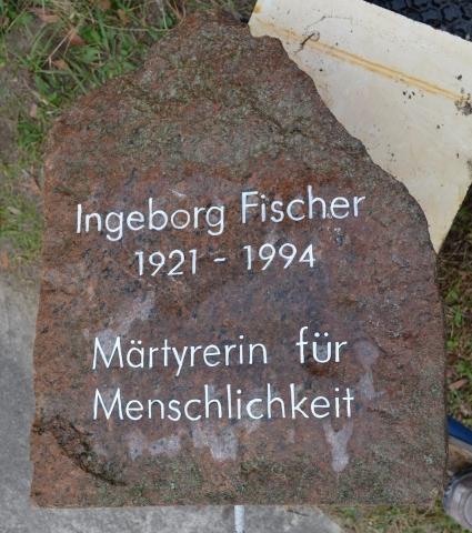 anpolierter Findling als Gedenkstein für Märtyrerin