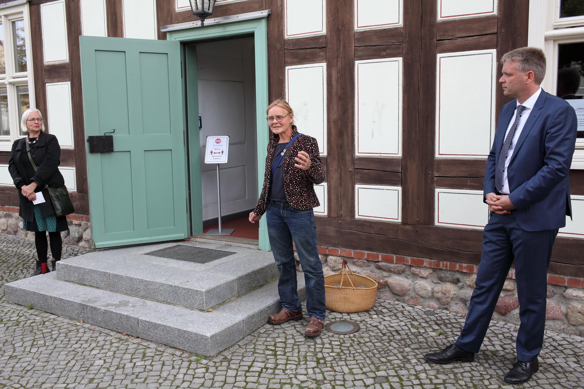 Rednerin Anne Schulz mit Bürgermeister und Galerievorstand vor dem Rathaus Biesenthal